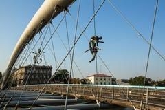 Konstinstallationsjärn skulpterar mellan vattnet och himlen på den fot- bron Arkivbilder
