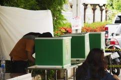 Konstituierende thailändische Leute benutzen Stimmzettel für Abstimmungswahltropfen bal stockfotos