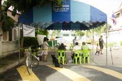 Konstituierende thailändische Leute benutzen Stimmzettel für Abstimmungswahltropfen bal stockbild