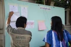 Konstituierende thailändische Leute benutzen Stimmzettel für Abstimmungswahltropfen bal lizenzfreie stockfotos