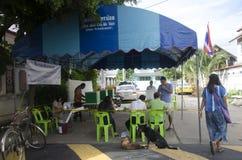 Konstituierende thailändische Leute benutzen Stimmzettel für Abstimmungswahltropfen bal lizenzfreie stockbilder