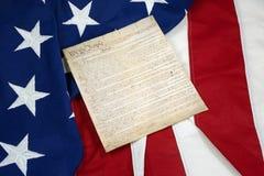 Konstitution auf der amerikanischen Flagge, horizontal stockbild