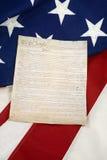 Konstitution auf der amerikanischen Flagge, vertikal lizenzfreie stockfotografie