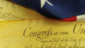 Konstitution des historischen Dokumenten-US - wir die Leute mit amerikanischer Flagge stock video footage