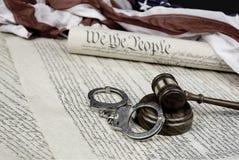 Konstitution, Hammer und Handschellen lizenzfreies stockfoto
