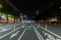 Konstitutions-Allee in DC am nightime während einer langen Belichtung stockfoto
