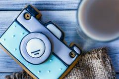 Konstkaka i form av kameran och kaffet Arkivbilder