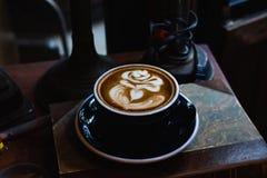 Konstlatte per koppen av varmt kaffe p? piano arkivfoto