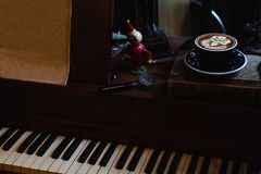 Konstlatte per koppen av varmt kaffe p? piano royaltyfria foton