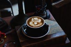Konstlatte per koppen av varmt kaffe p? piano arkivbilder