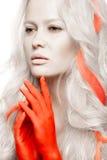 Konstmodeflicka med vit hud i form av albino, röda armar och låshår Idérik skönhetbild royaltyfria bilder