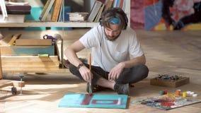 Konstnär Creates Masterpiece med musik arkivfilmer