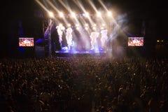 Konstnär för åhörareklockamusik på festival royaltyfri bild