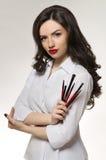 Konstnär för makeup för skönhetsalong med yrkesmässiga borstar arkivbilder