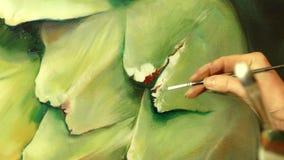 Konstnär för ung kvinna som målar en stor realistisk kronärtskocka arkivfilmer