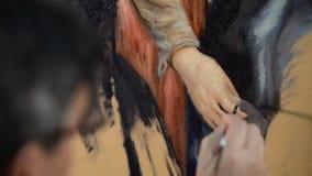 Konstnär med en borste genom att använda olje- målning lager videofilmer