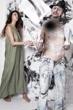 Konstnär och kvinna-assistent Måla väggbakgrund arkivbild