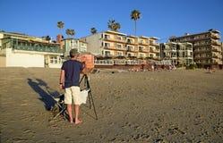 Konstnär på den sömniga ihåliga stranden i Laguna Beach, Kalifornien Royaltyfri Fotografi