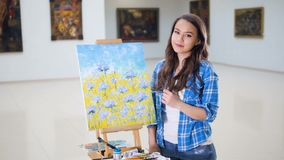 Konstnär Portrait Begåvad härlig målare i konststudio arkivfilmer