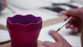 Konstnär` s räcker målning med en borste lager videofilmer