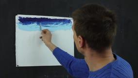 Konstnär som arbetar på en målning stock video