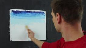 Konstnär som arbetar på en målning lager videofilmer