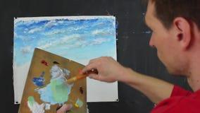 Konstnär som arbetar på en målning kreativitet stock video