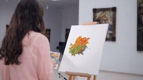 Konstnär som drar en bild på staffli stock video