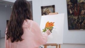 Konstnär som målar en bild som applicerar målarfärg på kanfas lager videofilmer
