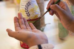 Konstnär som målar ett hantverkarbete Royaltyfri Fotografi