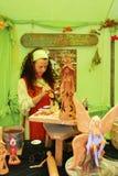Konstnär som målar keramiska feer Royaltyfri Fotografi