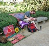 Konstnär som säljer hans arbete royaltyfri foto