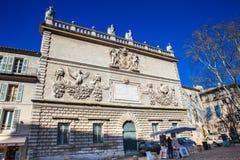 Konstnär som säljer hans konstverk bredvid hotellet av mynten på slottfyrkanten arkivbilder