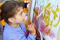 konstnärbarnflicka little målning Fotografering för Bildbyråer