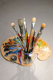 konstnären brushes palett s Arkivfoto