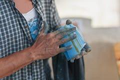 Konstnären drar med hans fingrar på exponeringsglas Royaltyfri Bild