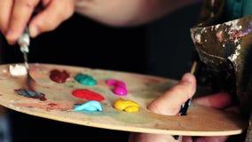 Konstnären förbereder målarfärgen arkivfilmer