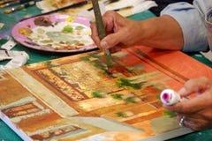 konstnären hands målningen arkivfoto