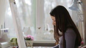 Konstnären målar en bild stock video