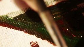 Konstnären målar med olje- målarfärger på kanfas stock video