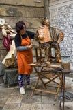 Konstnären modellerar statyn av papp lecce2019 Arkivfoton