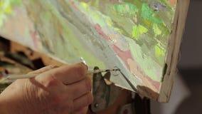 Konstnären skriver ett häfte på bilden Målning för färdig målning för kvinna olje- lager videofilmer