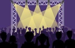 Konstnärer för konsertpopgrupp på platsmusik arrangerar natt, och barnet vaggar metallmusikbandfolkmassan framme av den ljusa nat royaltyfri illustrationer