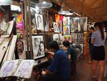Konstnärer målar bilder på nattmarknaden i Chiang Mai royaltyfria foton
