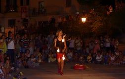 Konstnärer på gatan akrobatjonglör som utför på gatan Royaltyfri Bild