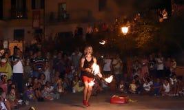 Konstnärer på gatan akrobatjonglör som utför på gatan Royaltyfria Foton