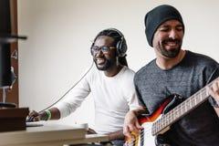 Konstnärer producera musik arkivfoton
