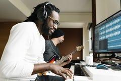 Konstnärer producera musik royaltyfri foto