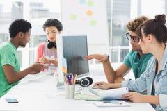 Konstnärer som arbetar på skrivbordet i idérikt kontor arkivbilder