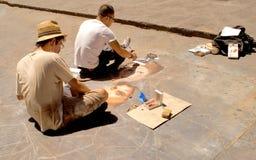Konstnärer som drar på trottoar Royaltyfri Foto